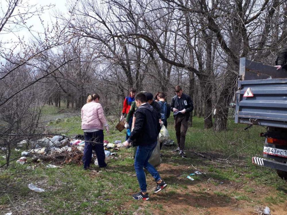 Пластиковые отходы, стеклянные бутылки и бытовой мусор убрали в лесу возле Морозовска