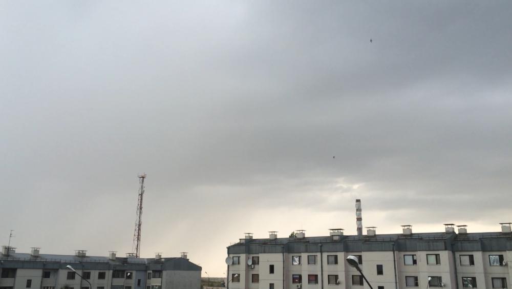Оглушительный гром и крики испуганных детей попали в Морозовске на видео