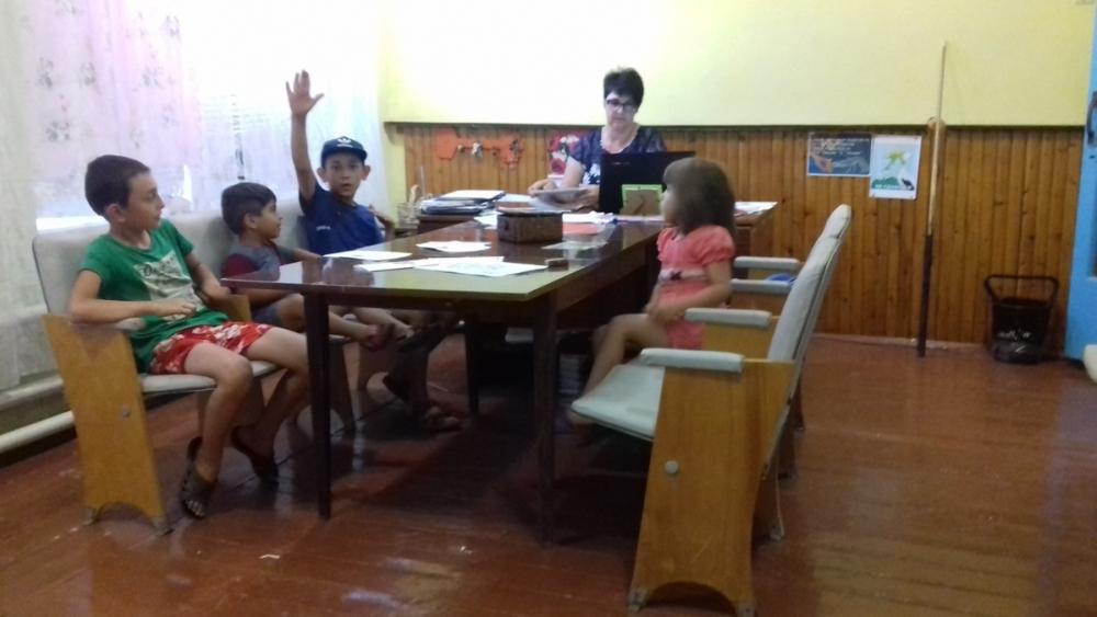 Буклет «Воспитываем грамотного пешехода» подарили детям в Вишневке