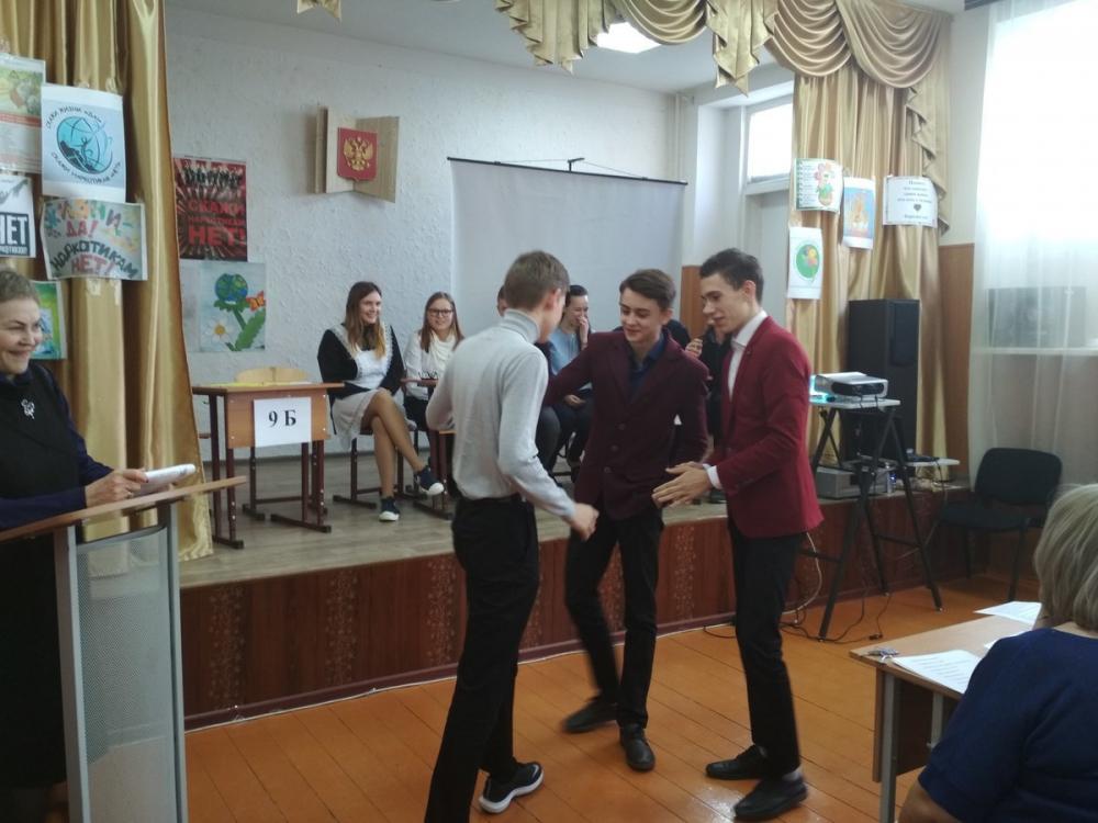 Школьники в Морозовске разыграли ситуации, когда человека заставляют принять наркотик
