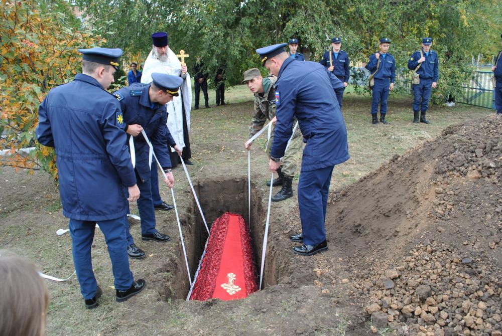 Останки двух советских летчиков торжественно перезахоронили в станице Вольно-Донской