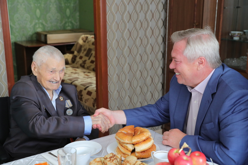 Губернатор вручил 103-летнему морозовчанину-ветерану телевизор