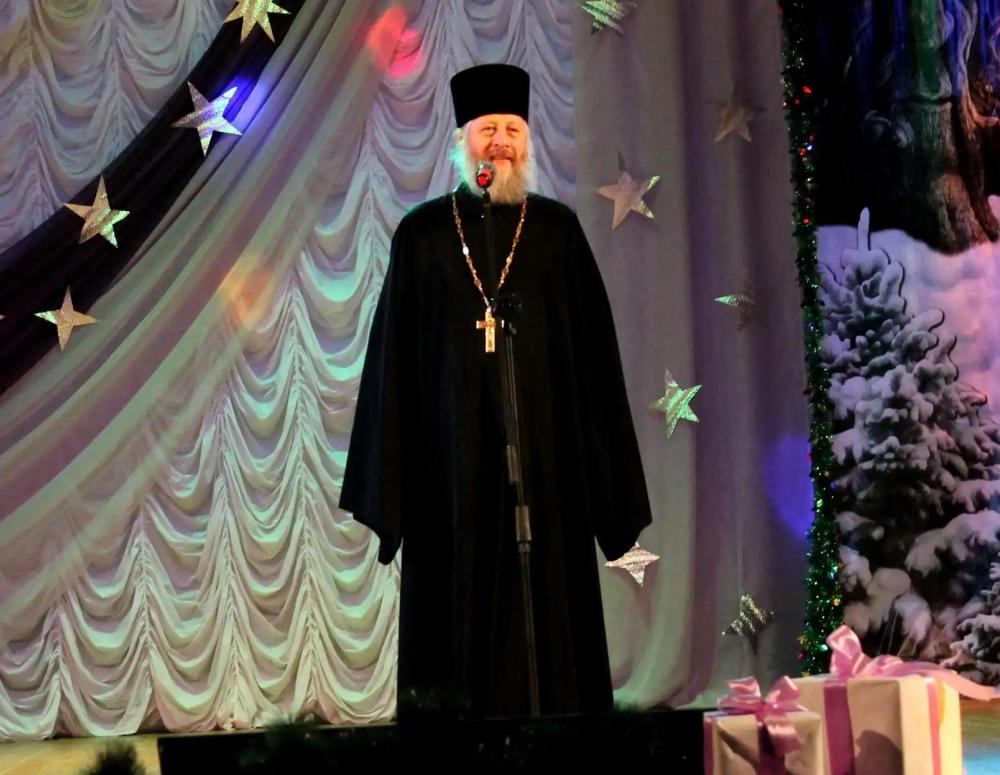 Иерей Георгий, Дед Мороз, Снегурочка и местные артисты поздравили морозовчан на концерте «Рождественская звезда»
