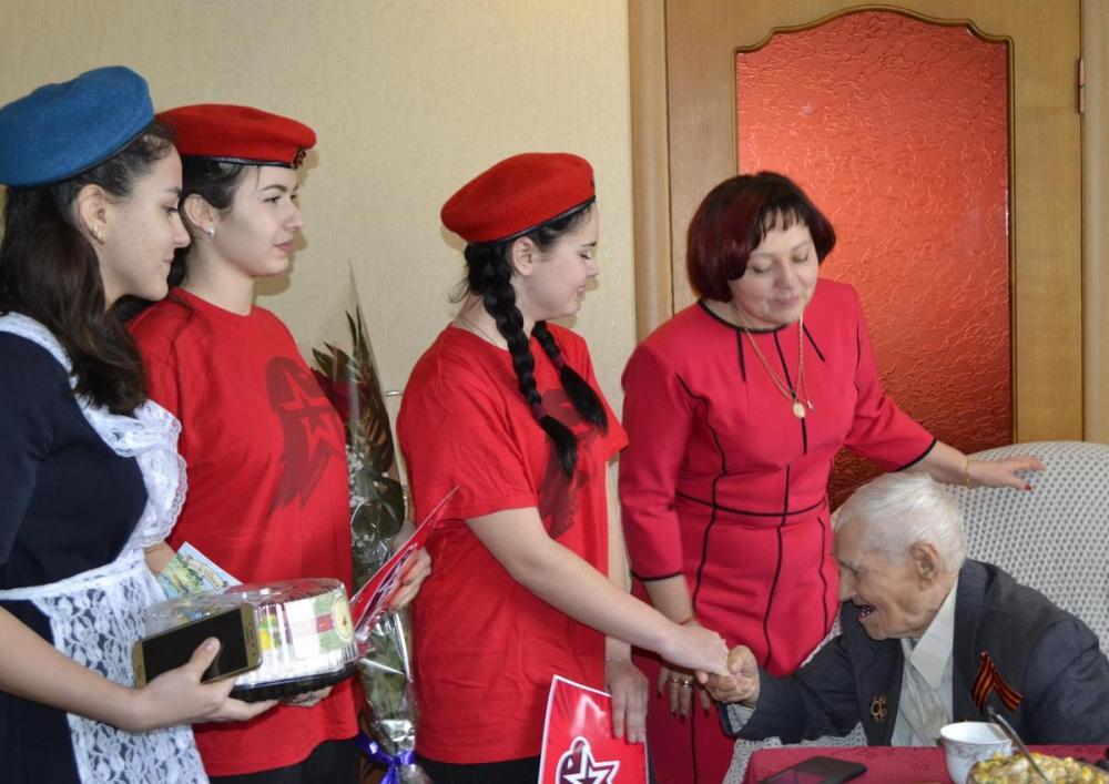 Свой 103-й День рождения ветеран в Морозовске отпраздновал с юнармейцами и военнослужащими