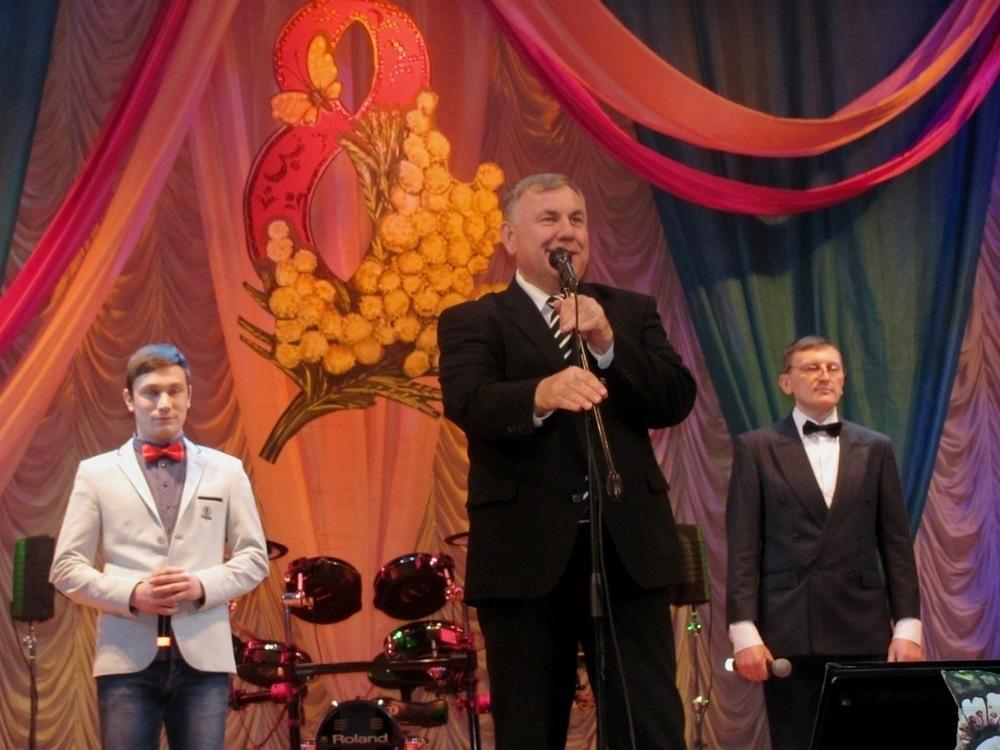 Петр Тришечкин поздравил морозовчанок с 8 марта