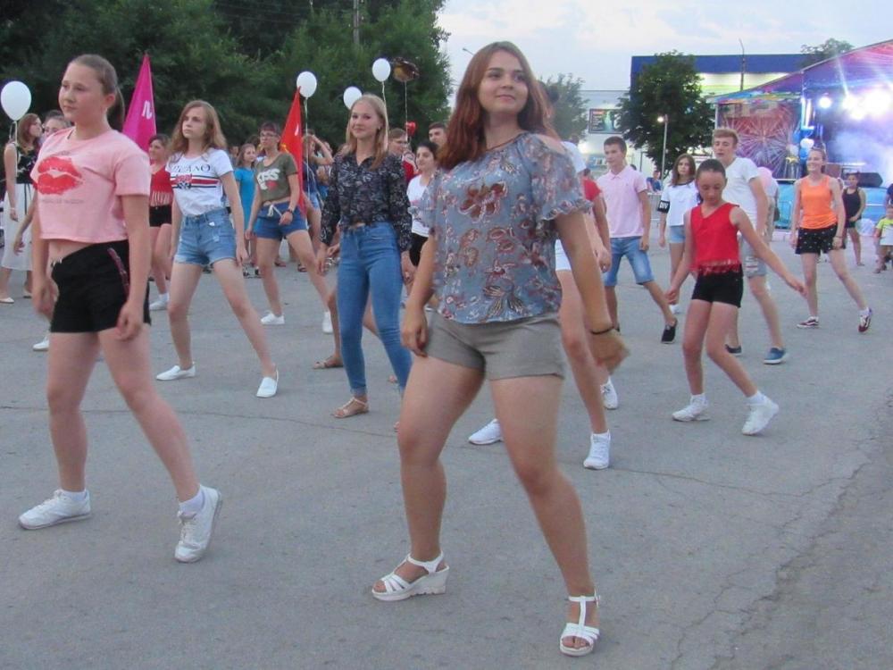 День молодежи в Морозовске ознаменовался большим флешмобом и серией эффектных шоу