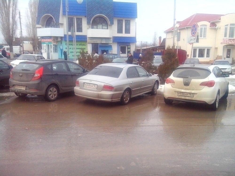 Пешеходы Морозовска негодуют – рубрика «Паркуюсь, как хочу»