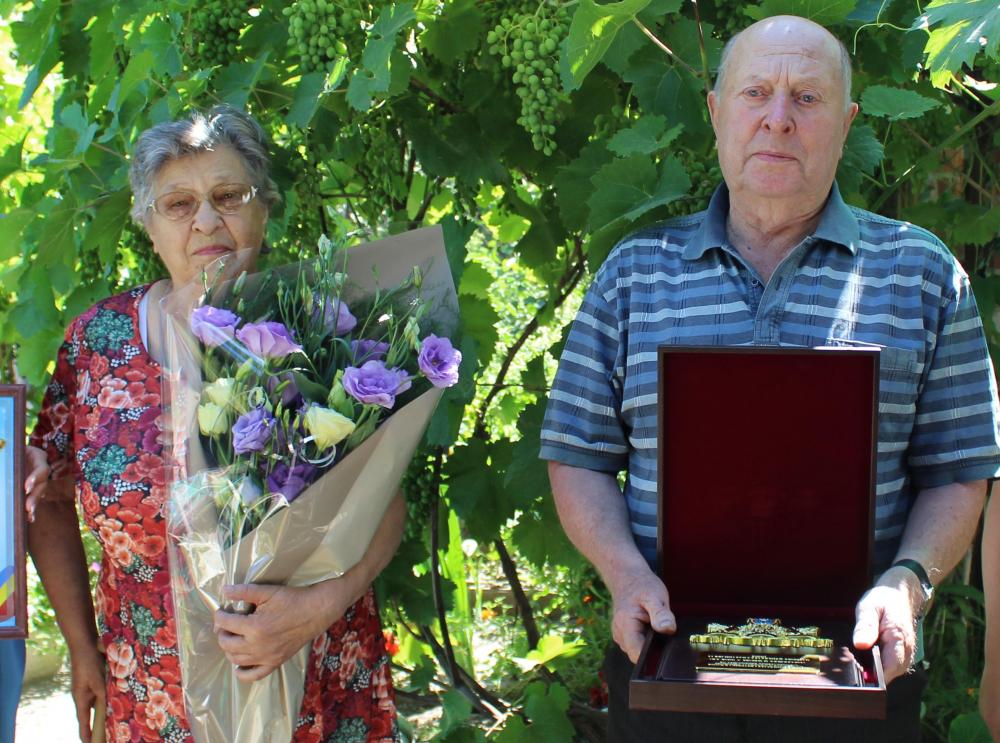 60 и 45 лет в браке: Особые награды получили две семейные пары в Морозовске