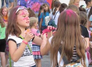 Мини-фестивалем красок, концертом и играми отметили День ВВС в Морозовске