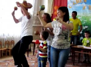Национальные танцы исполнили участники праздника ко Дню семьи и попали на видео в детском саду Морозовска
