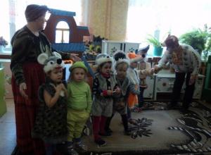 Воспитанники младшей группы детского сада «Колобок» в Морозовске сыграли в первом в своей жизни спектакле