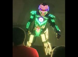 Сияющий LED-робот «взорвал» молодежную дискотеку в Морозовске