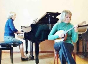 Старшеклассники поздравили малышей с Международным днем музыки в детской школе искусств Морозовска