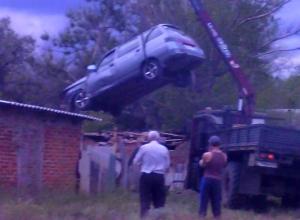 Неопытная дама за рулем устроила ДТП с забором и гравием на въезде в Морозовск