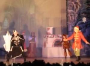 Видео спектакля «Новогодние приключения Емели» в Морозовске появилось в Сети