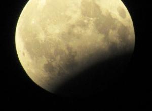 Частичное лунное затмение в Морозовске сфотографировали с большим зумом