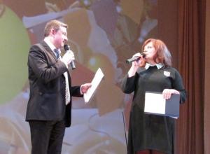 Видео с шутками артистов Морозовска на праздничном концерте появились в Сети