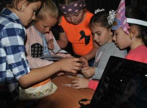 Пиратские конкурсы помогли детям в Вишневке найти клад со сладкими сокровищами