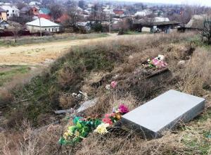 Подготовка к Пасхе обернулась для жителей улицы Песчаная в Морозовске уборкой кладбищенского мусора
