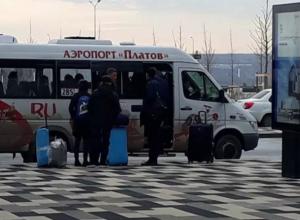 Обещанного автобуса из Морозовска в аэропорту «Платов» еще никто не видел