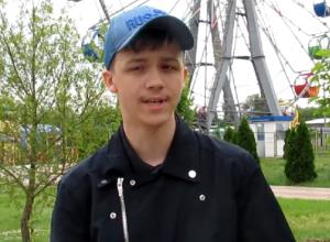 Поющий в парке Морозовска парень с сильным голосом попал на видео