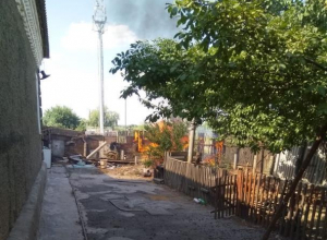 Огонь по сухой траве ворвался в жилой двор в Морозовске