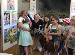 Юную художницу на выставке пришли поддержать все ее одногруппники и преподаватель
