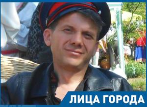 Сам себе лепил игрушки в детстве, - пошутил известный мастер в Морозовске