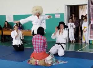 Три увлекательные сценки сыграли дети, родители и учителя на праздновании Всемирного дня дзюдо в Морозовске