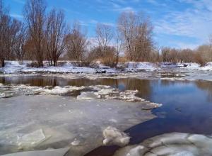 Лёд серого, матово-белого или желтого цвета обрушивается без предупреждающего потрескивания