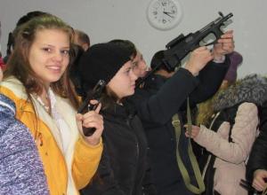 Школьники Морозовска «откатали пальчики» и подержали в руках настоящее оружие на экскурсии в отделе полиции