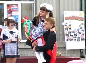 «Последний звонок» для выпускников лучшей казачьей школы страны попал в Морозовске на видео