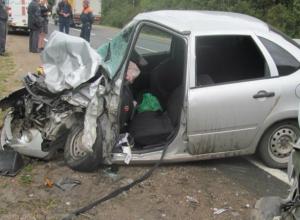 Водитель врезавшегося в отбойник автомобиля погиб на трассе Кашары-Морозовск