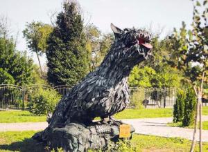 Мифическое животное из старых покрышек подарили городскому парку Морозовска