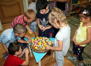 Огромный торт в детском саду «Солнышко» украсили розочками, листочками и ягодками
