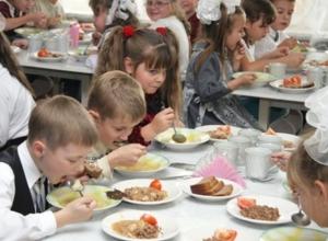 Вопрос-ответ: Кто занимается организацией питания в школьных столовых, и куда жаловаться, если если недодают сдачу?