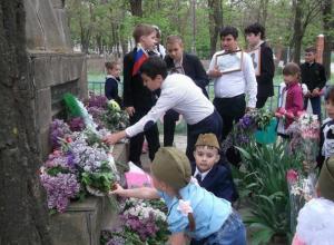 Театрализованный митинг «Честь павшим отдаем» провели в хуторе Старо-Петровском на кануне празднования Дня Победы
