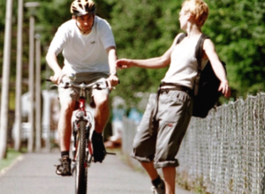 Вопрос-ответ: Когда и при каких условиях взрослым можно ездить на велосипеде по тротуару?
