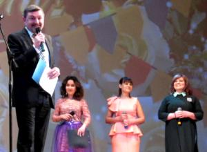 Выходной попросили себе работники Дома культуры на сцене в Морозовске и попали на видео