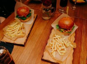 Вкусные и сочные бургеры с мясом подают в кафе, спрятанном в укромном уголке Морозовска