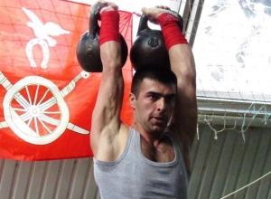 50 и более раз спортсмены смогли поднять тяжелые гири на соревнованиях в Морозовске