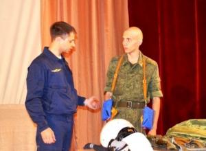 Солдаты-призывники примерили на себя снаряжение летчиков в Доме офицеров Морозовска