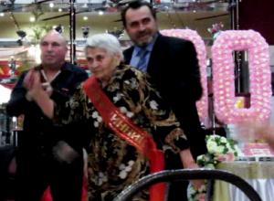 90-летняя морозовчанка станцевала в свой День рождения под казачьи песни