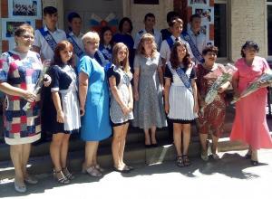 Двум ученикам Ново-Павловской школы вручили аттестаты особого образца
