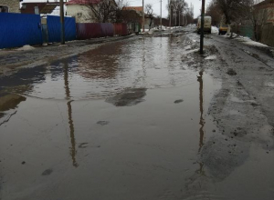 Большую лужу на улице Руднева автомобилисты объезжают прямо по тротуару