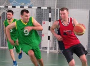 Острые моменты районного баскетбольного турнира в Морозовске попали в объектив фотокамеры