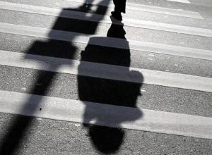 Водитель насмерть сбил пожилую женщину в Морозовске, протащил ее 30 метров и скрылся
