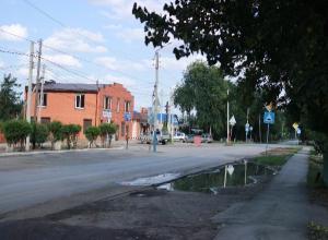 Поиск «Блеска и Нищеты» на Ворошилова оказался насыщенным – журналиста окатили водой из лужи, а «зверёк района» долго отказывался от фотосессии