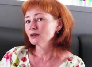 Художница на видео открыла секрет картины с одинокой копнушкой в Морозовске