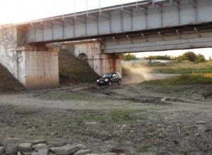 Уже второй туннель для стока вод в Морозовске стали спонтанно использовать для проезда автомобилей